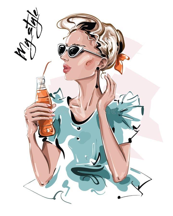 Handgezeichnete schöne junge Frau mit einer Flasche Saft Stilmädchen in Sonnenbrille Modefrau-Look Skizze stock abbildung