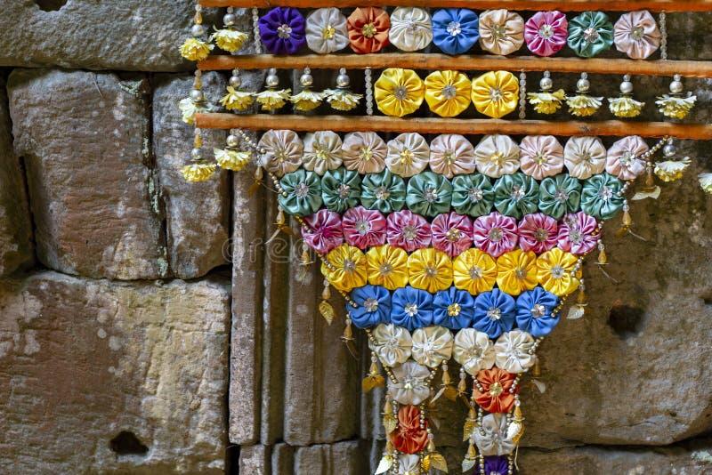 Handgjord blom- garnering i buddistisk tempel Inre blom- dekor för kambodjansk tempel Buddismfestivalgarnering arkivfoto