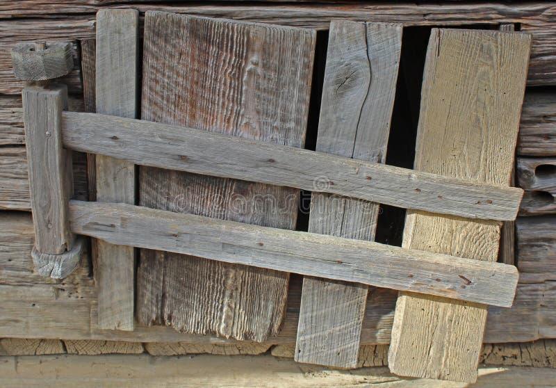 Handgjord dörr på en gammal riden ut ladugård i den Cades lilla viken arkivfoto