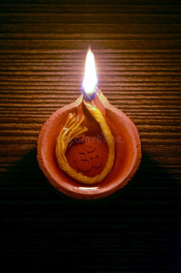 Handgjord Diwali diya med skriftliga OM arkivbilder