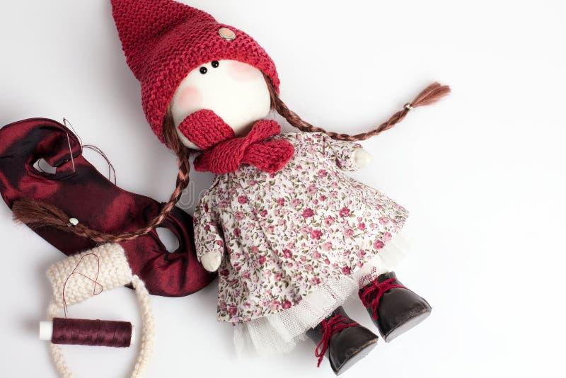 Handgjord docka p? vit bakgrund royaltyfri fotografi