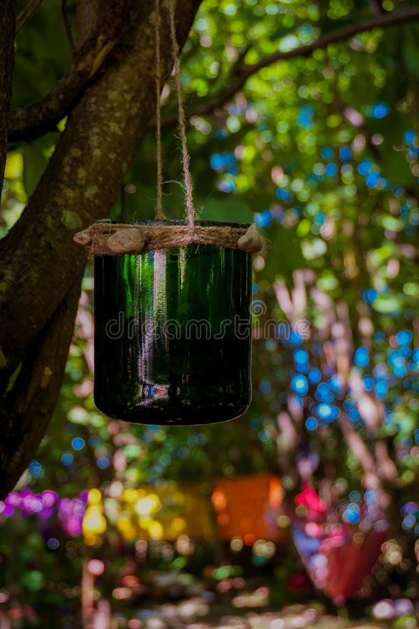 Handgjord dröm- stoppare som hänger i en grön skogfestivalgarnering arkivfoton