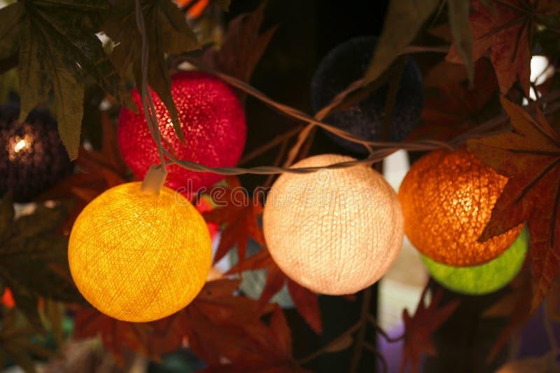 Handgjord färgrik ljus boll som göras från den vävde tråden fotografering för bildbyråer