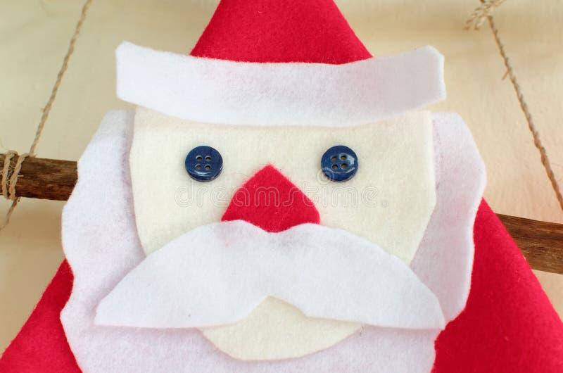 Handgjord filtSanta Claus Christmas garnering royaltyfria foton