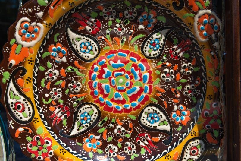 Handgjord flerfärgad souvenirplatta tillverkad av Sheki-hantverkare royaltyfri bild