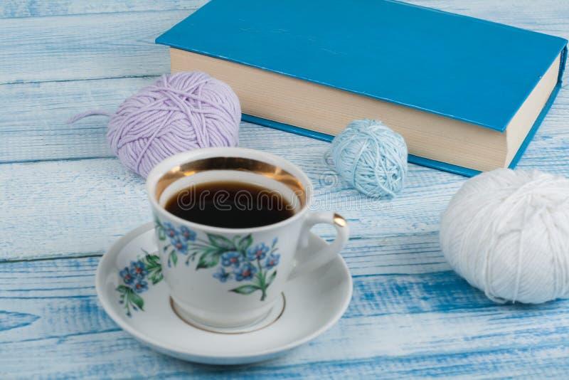 Handgjord gåva för sakkunnig som modern, fadern, valentindagen eller vintertid, hög av bollen av ull som sticker den färgrika hal royaltyfria bilder