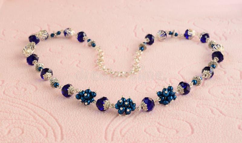 Handgjord halsband från pärlor med silverkedjan arkivbild