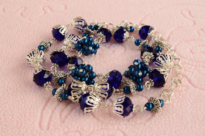 Handgjord halsband från pärlor med silverkedjan fotografering för bildbyråer