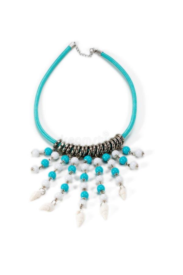 Handgjord halsband med läderremmen och pärlor arkivfoto