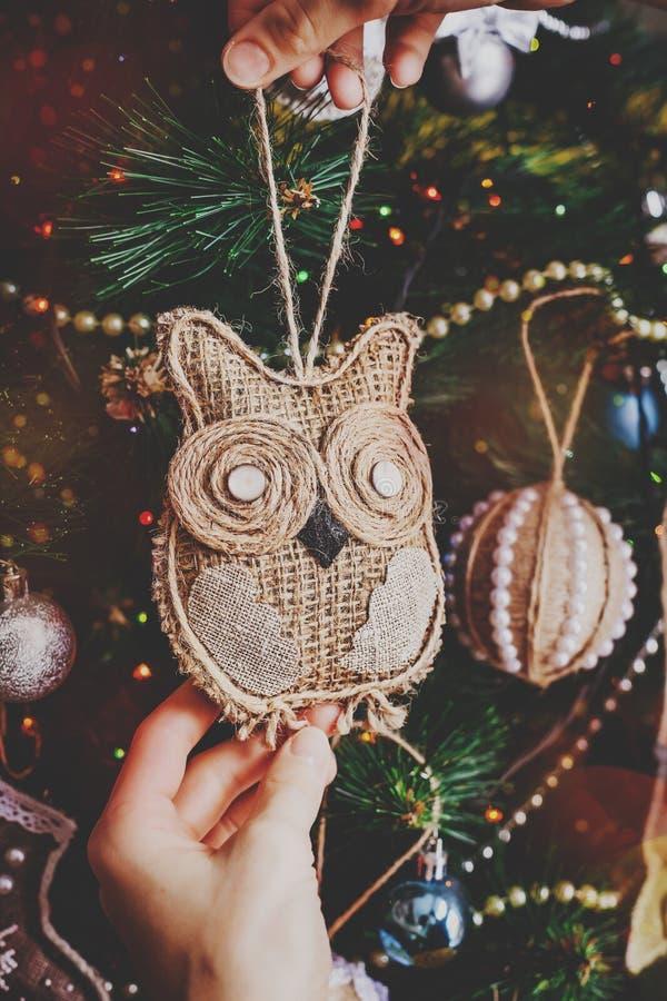 Handgjord jul tvinnar ugglan arkivbild