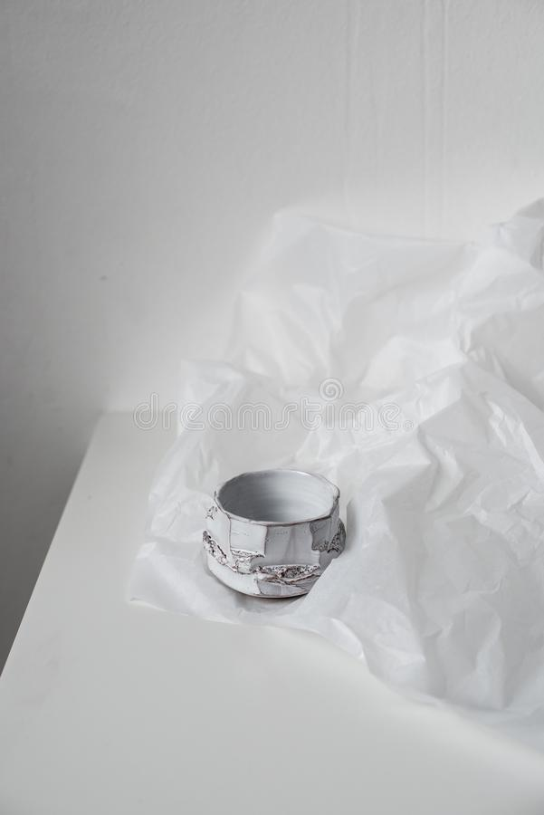 Handgjord keramisk vas på bucklig vitbok royaltyfria bilder