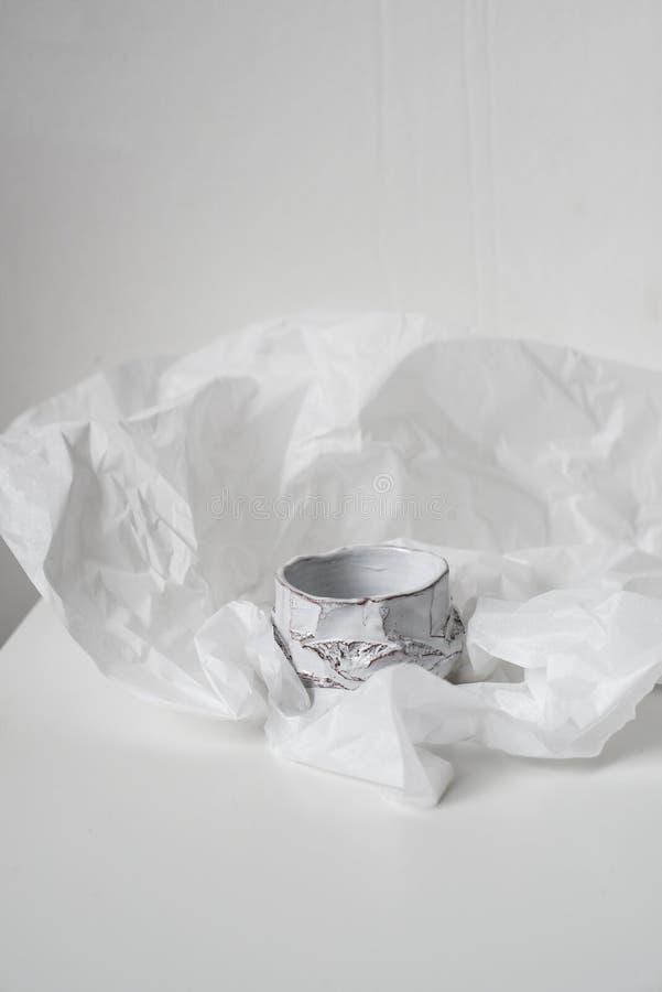 Handgjord keramisk vas på bucklig vitbok fotografering för bildbyråer