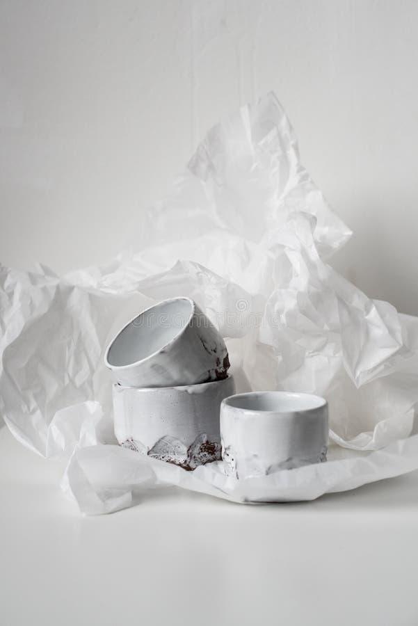 Handgjord keramisk vas på bucklig vitbok royaltyfri foto