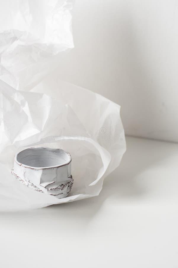 Handgjord keramisk vas på bucklig vitbok arkivfoto