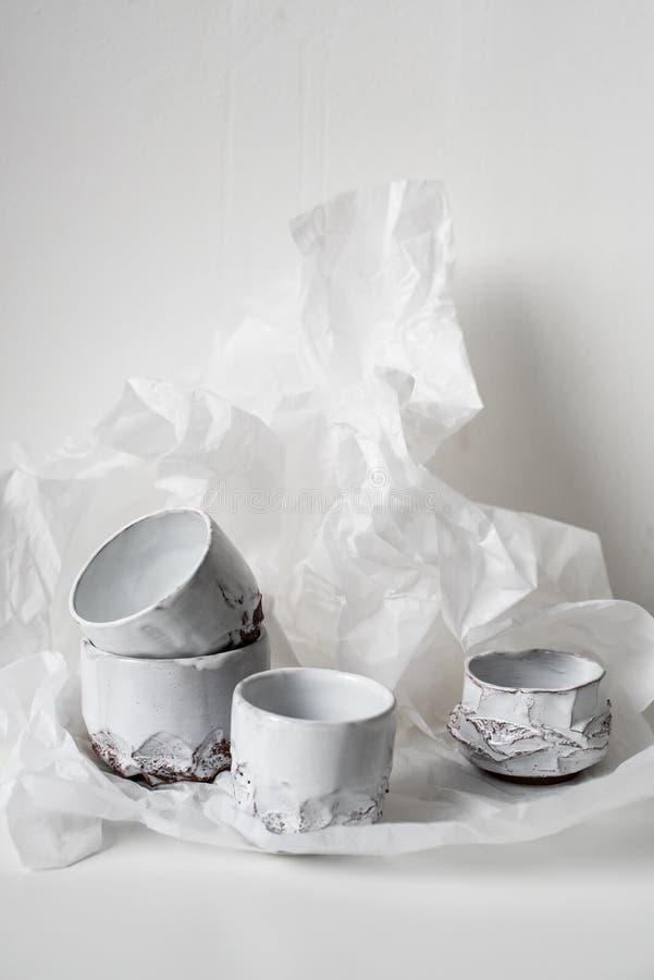 Handgjord keramisk vas på bucklig vitbok royaltyfri bild