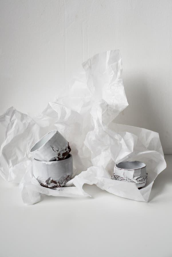 Handgjord keramisk vas på bucklig vitbok arkivbild