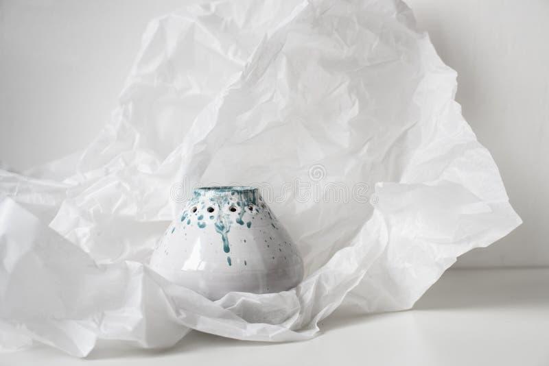 Handgjord keramisk vas på bucklig vitbok royaltyfri fotografi