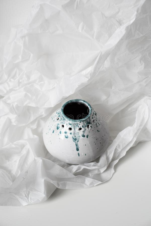 Handgjord keramisk vas på bucklig vitbok royaltyfria foton