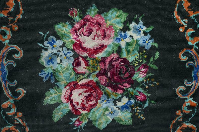 Handgjord korsstygnbukett av rosor och blåklinter royaltyfri fotografi