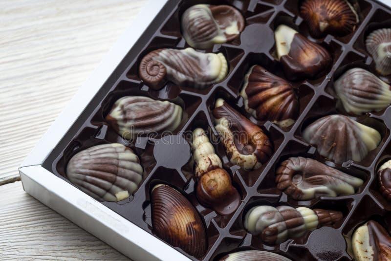 Handgjord lyxig choklad i en ask - som skjutas i studio arkivfoton
