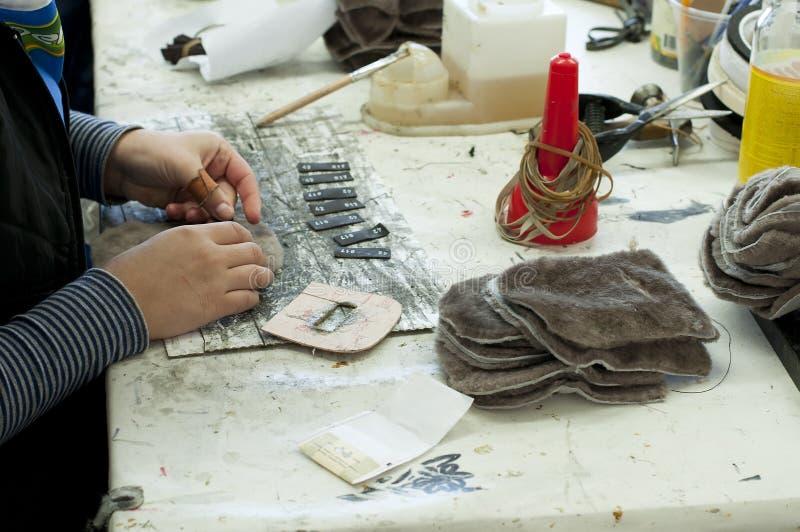 handgjord manufacture för skodon fotografering för bildbyråer