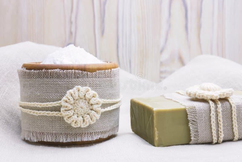 Handgjord naturlig organisk olivoljatvål och skönhetsmedel som är salta på linne och träbakgrund Spa badtillbehör, pro-kvinnlig o arkivfoton