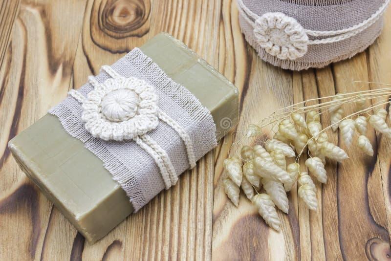 Handgjord naturlig organisk olivoljatvål och skönhetsmedel som är salta på träbakgrund Spa badtillbehör, kvinnliga omsorgprodukte royaltyfria foton