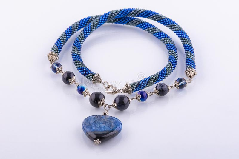 Handgjord prydd med pärlor blå halsband royaltyfri bild