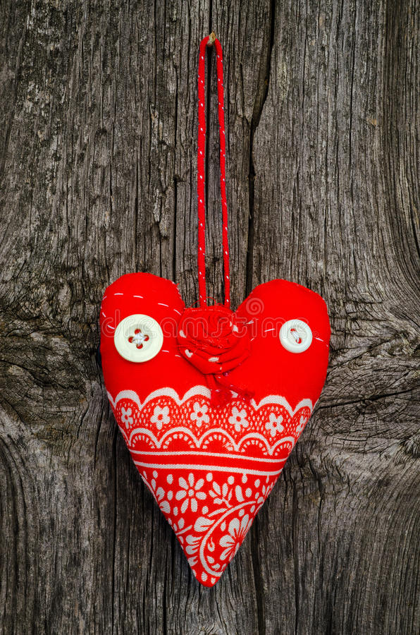 Handgjord röd tyghjärta arkivbild