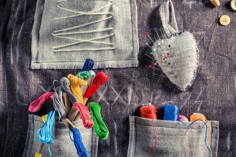 Handgjord sömnadtorkduk med sax, visare och trådar i skräddareseminarium stock illustrationer