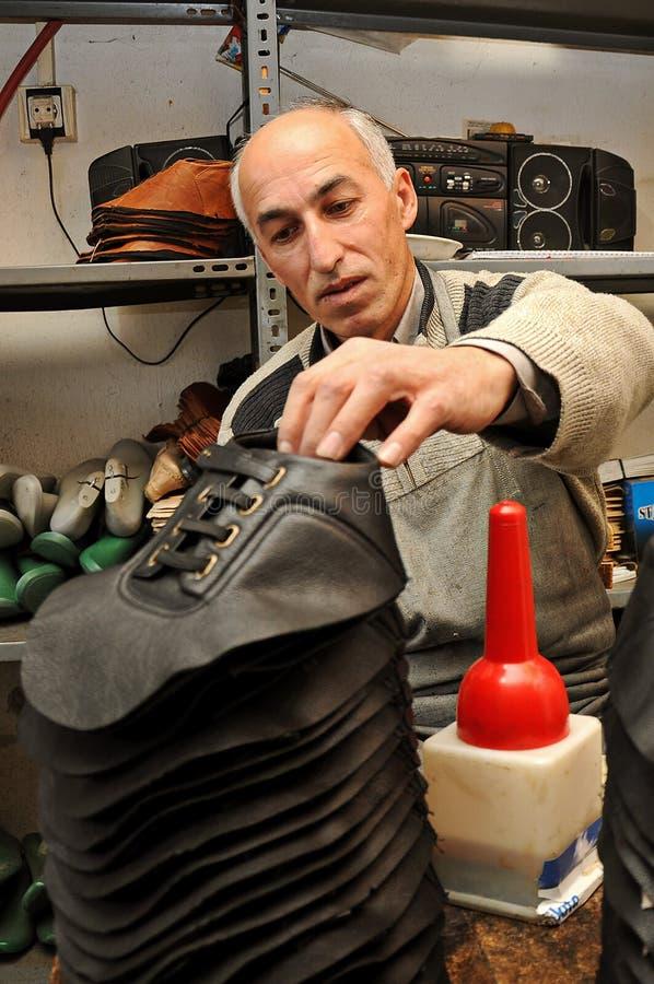 Handgjord skodanande vid den gamla förlagen för skotillverkare i Acipayam, Denizli, Turkiet royaltyfria bilder