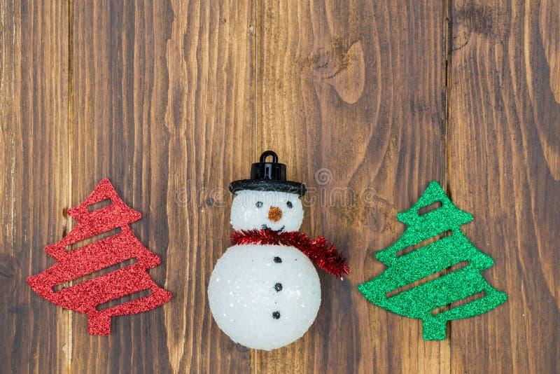 Handgjord snögubbe med julträdet på träbakgrund royaltyfri bild