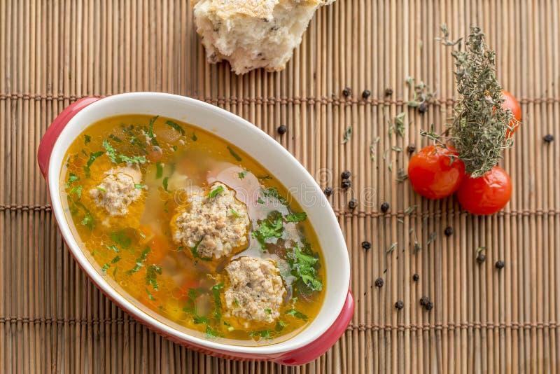 Handgjord soppa med köttbullar arkivfoton
