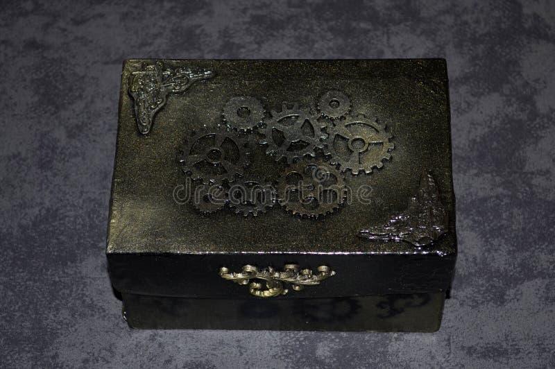 Handgjord steampunkcasket med kugghjul arkivfoto