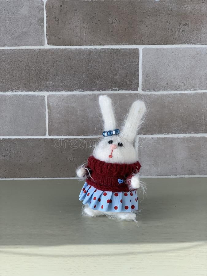 Handgjord stucken leksak Påskkanin i röd tröja med och blå kjol Kaninjulleksak hare arkivfoton