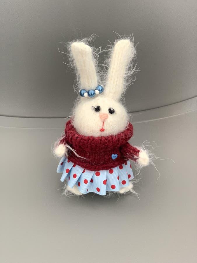 Handgjord stucken leksak Påskkanin i röd tröja med och blå kjol Kaninjulleksak hare royaltyfri fotografi