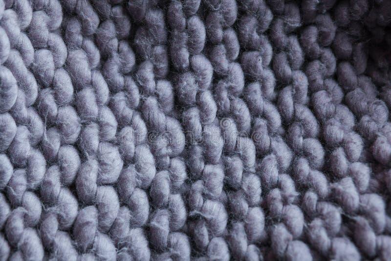 Handgjord stucken stor filt för Merinoull, toppet tjockt garn, moderiktigt begrepp Närbild av den stack filten, merinoull arkivfoton