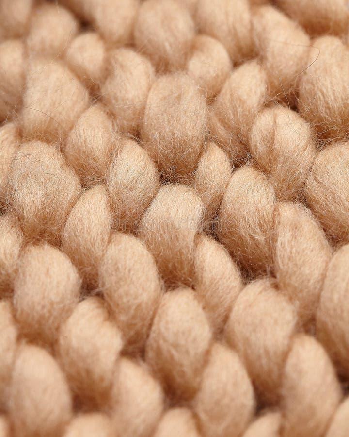 Handgjord stucken stor filt f?r Merinoull, toppet tjockt garn, moderiktigt begrepp N?rbild av den stack filten, merinoullbakgrund royaltyfri fotografi