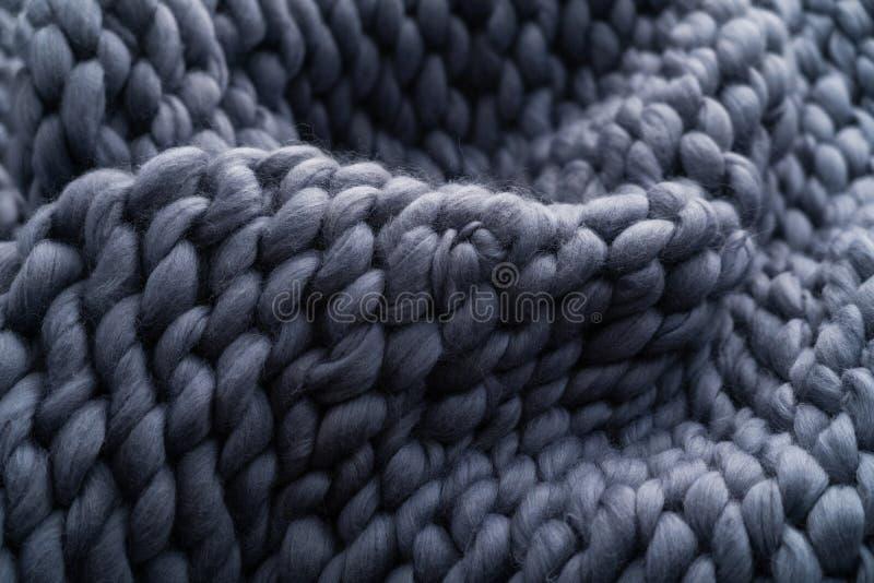Handgjord stucken stor filt f?r Merinoull, toppet tjockt garn, moderiktigt begrepp N?rbild av den stack filten, merinoullbakgrund royaltyfri foto