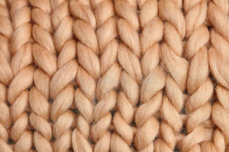 Handgjord stucken stor filt f?r Merinoull, toppet tjockt garn, moderiktigt begrepp N?rbild av den stack filten, merinoullbakgrund arkivbilder