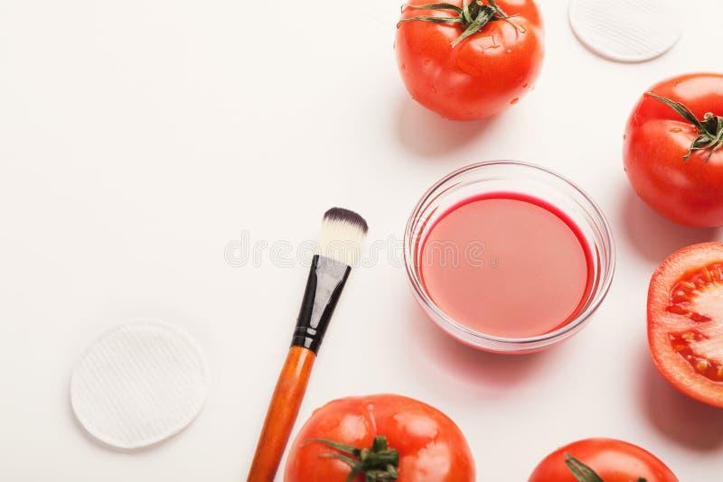 Handgjord tomatframsidamaskering för hem- hudomsorg royaltyfri fotografi
