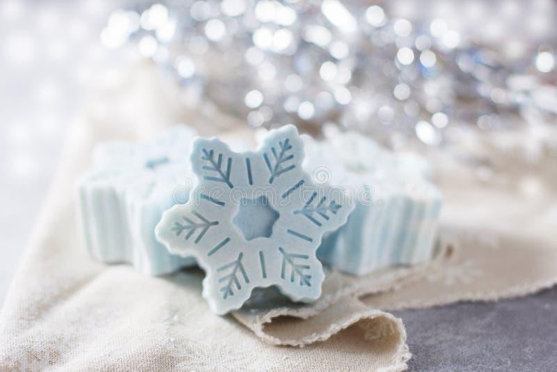 Handgjord tvål i form av snöflingor, naturligt skönhetsmedelbegrepp placera text arkivfoto