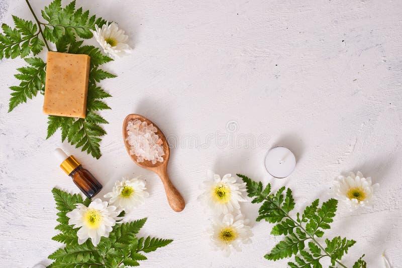 Handgjord tvål i vit bakgrund med utrymme Tvål-, handduk- och blommasnowdrops royaltyfria foton