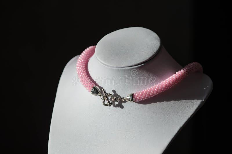 Handgjord virkad halsband från rosa pärlor arkivbild