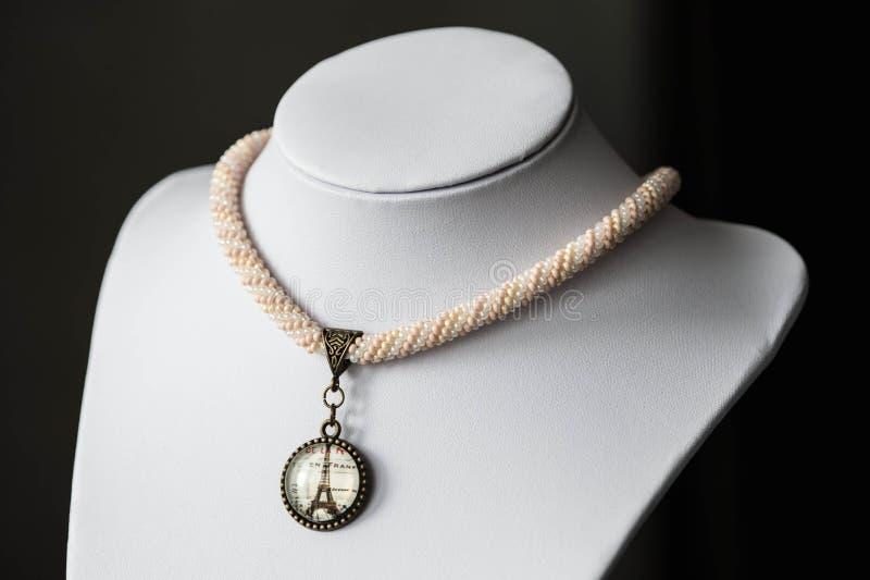 Handgjord virkad tättsittande halsbandhalsband med hängen royaltyfri bild