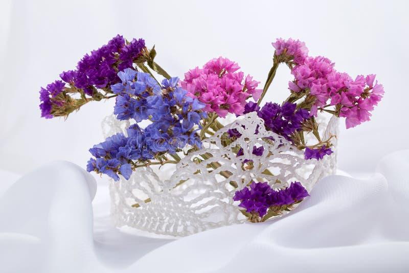 Handgjord virkad virkning med blommor av torkade blommor arkivbild