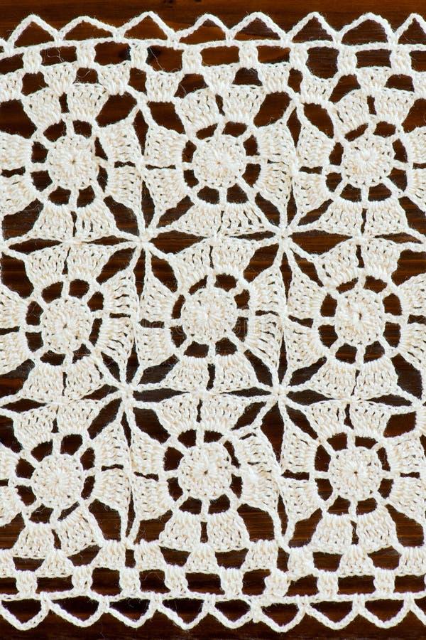 Handgjord virkningdoily för elfenben med den fyrkantiga prydnaden royaltyfria bilder