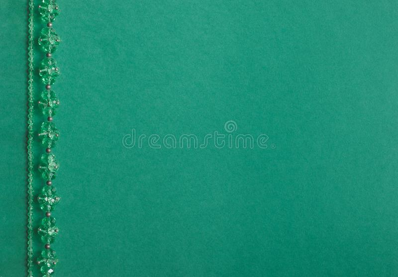 Handgjord Wood kragehalsband p? en kul?r bakgrund arkivbilder