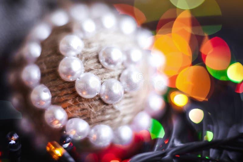 Handgjord Xmas tvinnar leksaken och festoonen royaltyfri fotografi