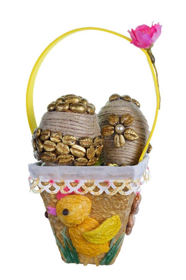 Handgjorda ägg för påsk från guld- kaffebönor och grönsakfrö i den isolerade pastakorgen arkivfoto
